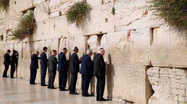 008110200_1495508642-20170523-Donald-Trump-Berdoa-di-Tembok-Ratapan-Yerusalem-AP-5